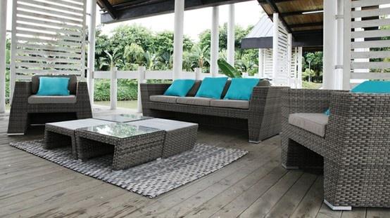 ¡ El descanso a su alcance en su jardín este verano! Este maravilloso y elegante salón de jardín se compone de un sofá de 3 asientos y de 2 sillones con sus cojines para mas comodidad así como de 4 mesas de centro . Este conjunto es muy resistente para un uso en exteriores.