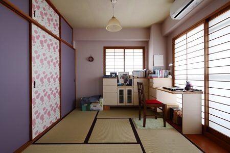 心が華やぐ家リビングダイニングの隣にあった和室のリフォーム . お子さんが大きくなってから使われていなかった和室を奥様の趣味の部屋としても使うために造り付けの収納家具を設けましたそれに加えてこの和室にいて心が華やぐような空間にするために壁の色や戸襖をリフォームしました . マンションの和室はリビングに馴染むよう無難なインテリアになることが多いのですが思い切って好きなインテリアにする事で空間を活かせるようになります