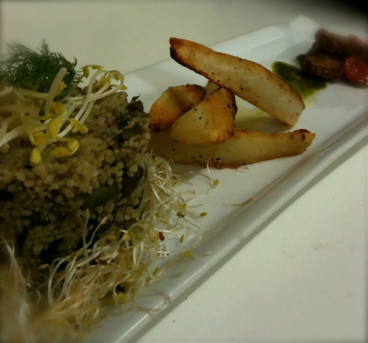 taboule de cous cous, papas bravas y tofu a la plancha, acompañado por pesto de rúcula y albahaca ...