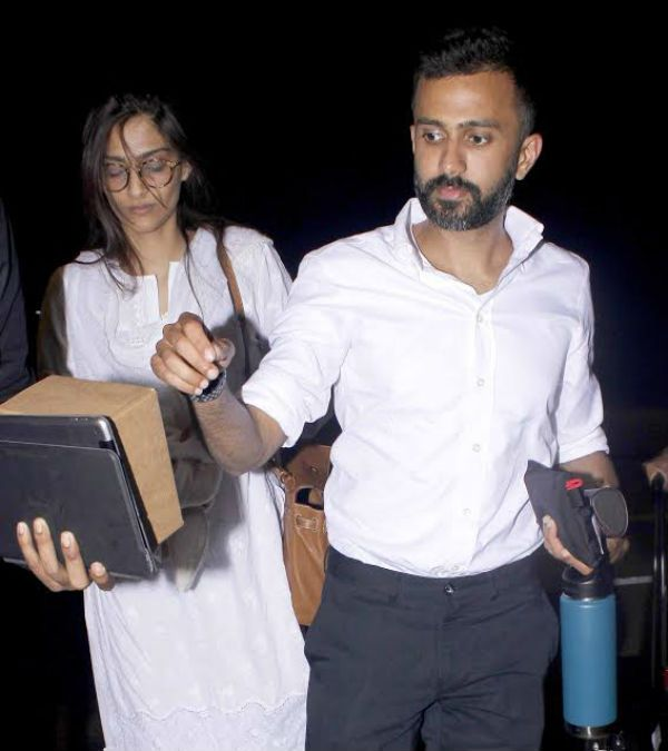 [Photos] Sonam Kapoor TWINS with boyfriend Anand Ahuja at the airport #FansnStars