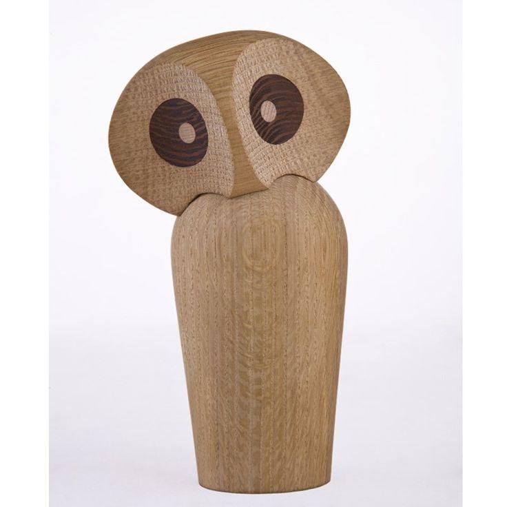 Owl er endnu et fantastisk trædyr fra Architectmade. Uglen er håndlavede hos en trædrejer i Danmark og i dansk egetræ. Hovedet er fastgjort til legemet af en magnet, hvilket giver den fleksibilitet. Uglens hoved kan derfor vippes og drejes i alle retninger, og skabe forskellige udtryk. De omhyggeligt udformet store brune øjne er i wengé træ.