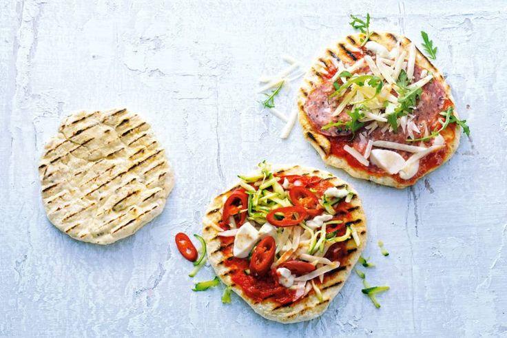 Wist je dat je pizza's heel goed op de barbecue kunt bakken? Deze is van eigen deeg én heeft twee varianten- Recept - Allerhande