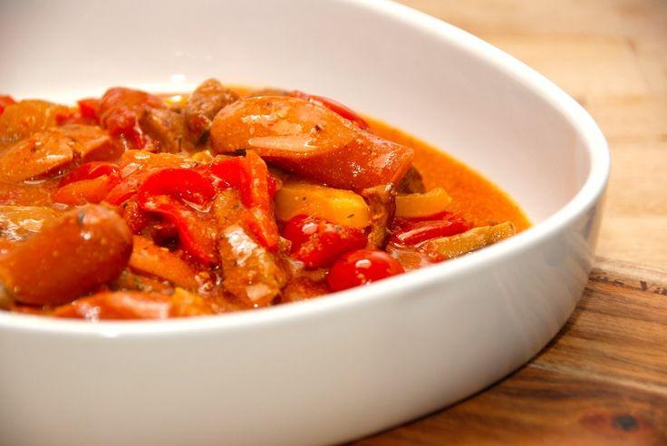 Se hvordan du laver den bedste mørbradpande med svinemørbrad, pølser, champignon og peberfrugter i en tomat- og flødesovs. Til mørbradpande til fire personer skal du bruge: 1 svinemørbrad 3 gode pø…