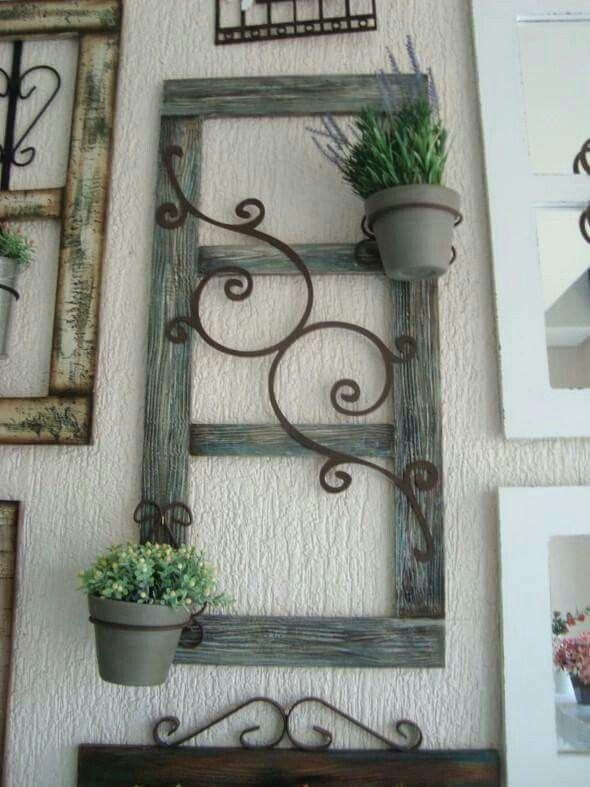 Iron swirls on old door #plantasdecoracion