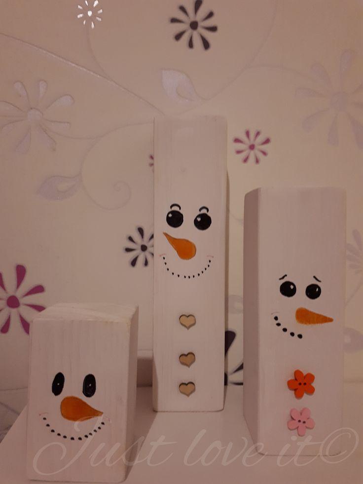 Set van 3 houten sneeuwpoppen.  Afmetingen zijn 8x5cm, 15x5cm, 20x5cm.  Keuze uit sneeuwpop met hartjes-knoopjes, bloem-knoopjes of zonder knoopjes.  Wil je dat de sneeuwpoppen een andere uitstraling in de ogen hebben, andere monden of een andere neus, let me know!  Prijs: €14,95  Bestellen? Stuur me een pb of stuur een mailtje naar just-love-it-belettering@hotmail.com