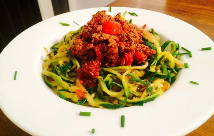 Zucchini Spaghetti Bolognese zum Mittag aber auch zum Low-Carb Abendbrot. Schmecken besser wie Nudeln, haben aber viel weniger Kohlenhydrate