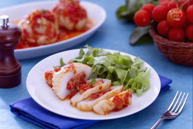 Le seppie ripiene sono un secondo piatto di pesce gustoso e semplice da preparare, farcite con pomodori ciliegino, pane e l'interno delle seppie.