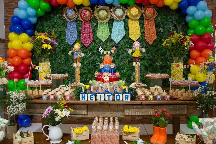 O aniversário de 1 ano do Heitor foi um verdadeiro arraial! Os convidados puderam mergulhar no universo da festa junina com a decoração impecável, feita por Rackel Lofreta, de O fio da festa Decorações artesanais. As comidas típicas eram do Buffet Turma do Haroldo. Confira os detalhes