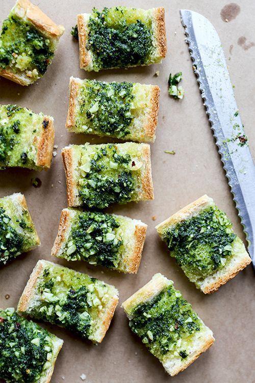 Vegan Garlic Bread with Kale Pesto http://ohmyveggies.com/vegan-garlic-bread-with-kale-pesto/