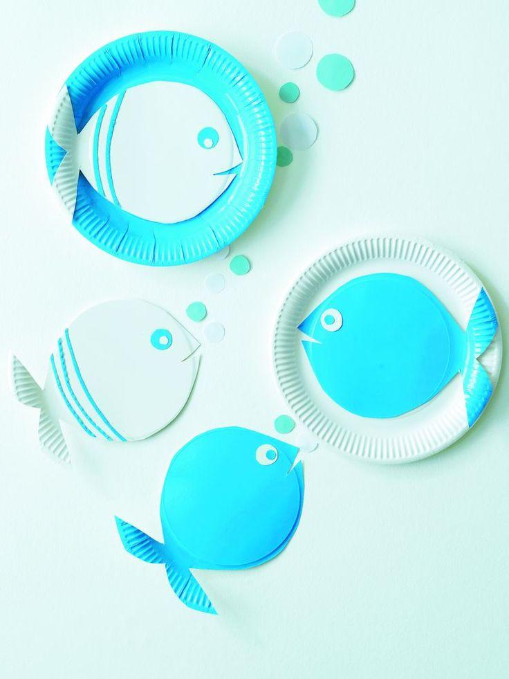 Beim Kindergeburtstag aus weißen und blauen Papptellern Fische schneiden und diese auf einen andersfarbigen Teller kleben. Fertig ist der Fisch. burdafood.net/Maja Smend http://www.meine-familie-und-ich.de/