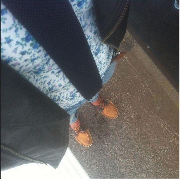 """Vi gillar """"floral"""" och vi gillar virkat! Denna bilden symboliserar sommaren med enkel skinnjacka över blommig-skjorta tillsammans med en marinblå virkad slips från www.modenyck.se för 69kr, ett par ljusa jeans och avsluta allt med seglarskor. #WhipOfFashion"""