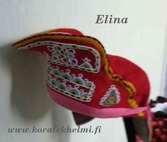 Elinan kolttasaamelaisten perinteisiä juhla-asuja. Aluksi naisen päähine. Upeasti tehty helmikirjonta.