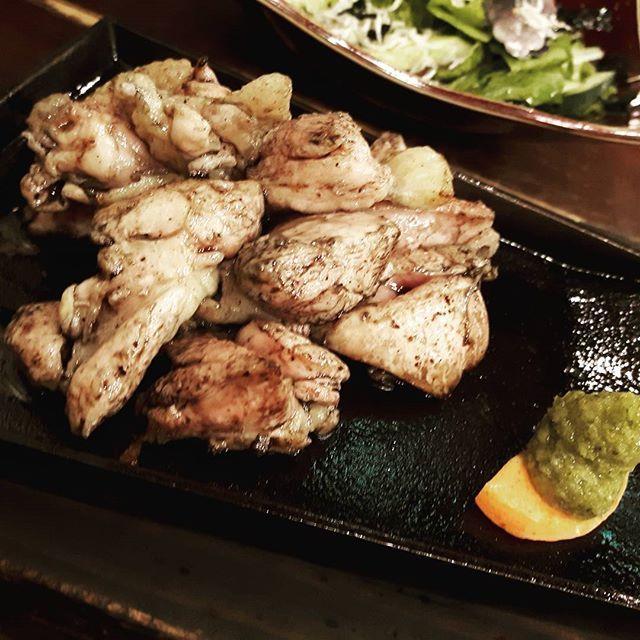 地鶏🐔の炭火焼。 柚子胡椒の辛味が凄く合います✨  #鶏#chicken#肉#炭火焼き#おいしいもの#柚子胡椒#happy#おつまみ