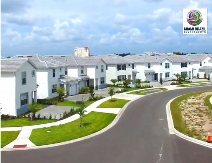 🌎www.storeylakeresortorlando.com.br Storey Lake é um condomínio fechado de casas e apartamentos, localizado próximo aos Parques Disney, International Drive em Orlando e do Premium Outlet.  As instalações são estilo resort, Townhomes de 4 a 5 quartos, casas de 5 a 6 quartos e apartamentos de 2 de quartos, com piscina privativa e algumas com vista para o lago. Na comunidade existem áreas para alugueis de temporada e também para residência. ---------------------------------------- •Piscina…