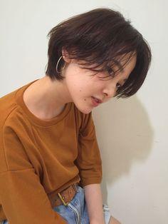 ショートヘアスタイル  Яe HAIR SALON うざバング センターパート シースルーバング 無造作 外国人風 ラフ 耳かけ 外ハネ ウェット 透明感 黒髪