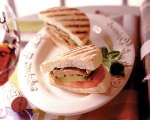 網目をつけてこんがり焼くと、イタリアのサンドイッチ、パニーニ風に。とてもおしゃれなツナサンドです。