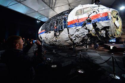 СМИ узнали о заранее спланированной атаке Киева на малайзийский «Боинг»       Издание «Совершенно секретно» опубликовало карту полета боевого самолета ВВС Украины, пролетавшего над Донецком в день крушения малайзийского «Боинга» рейса MH17 в июле 2014 года. «Перед вами секретный план полета, составленный и лично подписанный за день до вылета», — говорится в публикации.