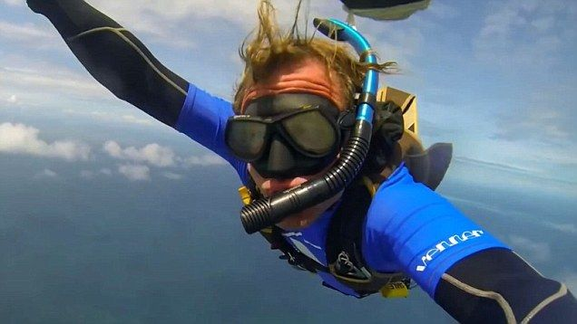 Scuba skydiving parachutes straight into the sea on Great Barrier Reef   Daily Mail Online