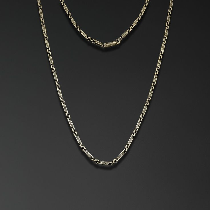Подвижные звенья этой цепи украшены растительным орнаментом, придавая строгой форме мягкое звучание.