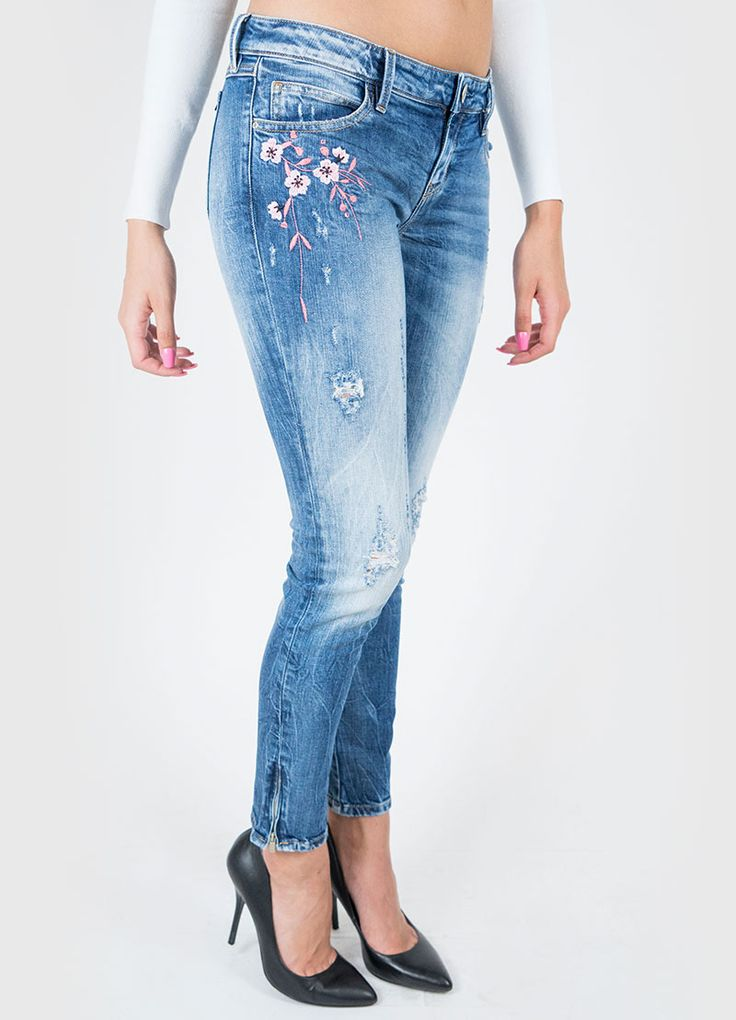 Colore: Denim Jeans in cotone stretch con inserto di ramage floreale ricamato su…