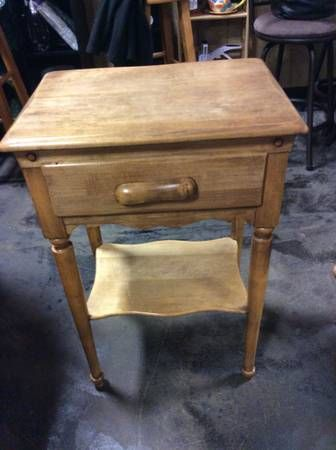 Willett Furniture maple Lancaster County end table from