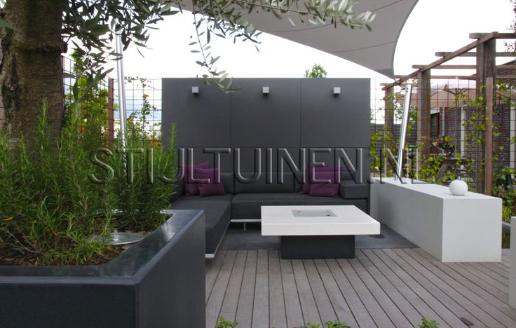 Bij een nieuwbouwwoning in Dongen hebben we deze moderne designtuin gerealiseerd. De wens van de ...