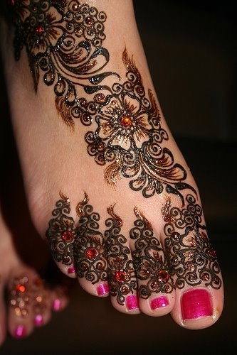 Beautiful henna. I love the abstract feather pattern on the top of the foot. Good tattoo idea ;)