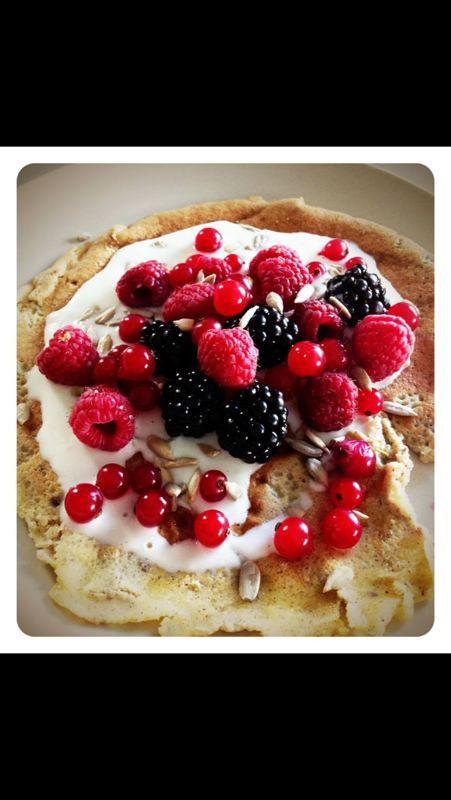 Boekweitpannekoek met yoghurt & aalbessen-frambozen-bramen en zonnebloempitten