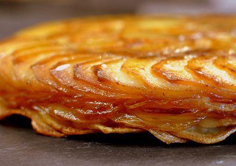 GATEAU DE POMMES ANNA AUX CEPES en vidéo (Pour 4 P : 1 kg de pommes de terre pour cuisson rissolée/ sautée / wok, 350 g de cèpes, 125 g de beurre (soit 90 g de beurre clarifié), 1 grosse gousse d'ail, sel/poivre, 2 c à s d'huile végétale, persil)
