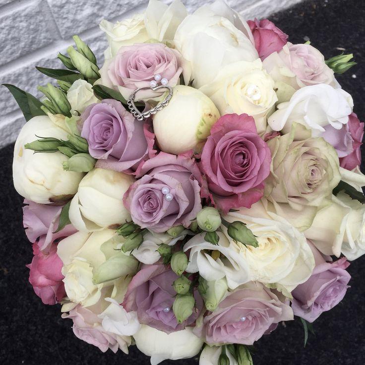 Rundbunden bukett i softa färger  lila/vitt