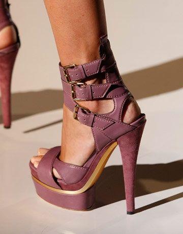 Schöne und stilvolle offene Sandalen mit hohem Absatz für Damen. (Klicken Sie auf das
