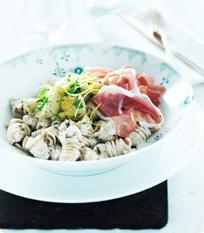Sommerlig pastasalat med artiskokker og parmaskinke.
