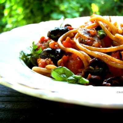 Spaghetti with Anchovies, Olives, and Capers in a Quick Tomato Sauce / spaghetti z pomidorami, anchois, oliwkami i kaparami - DoradcaSmaku.pl