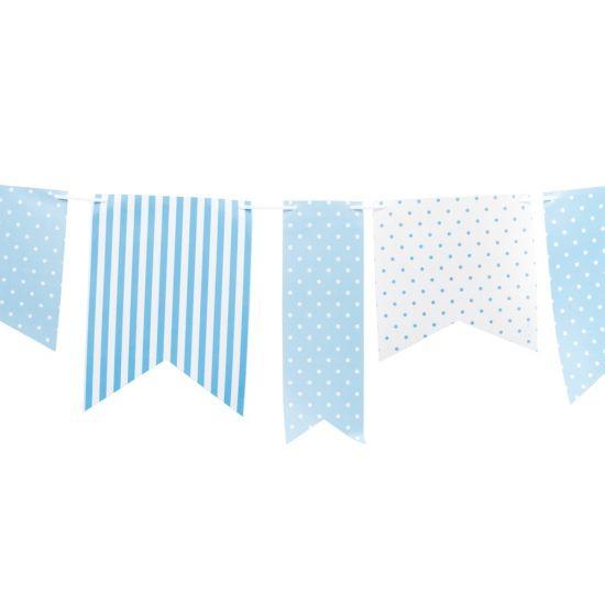 Lichtblauwe vlaggenlijn met stippen voor bij een geboorte. Deze lichtblauwe vlaggenlijn met stippen is gemaakt van papier en is ongeveer 3.6 meter lang.