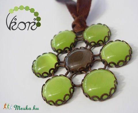 Lime virág üveg medál választható szalagon (viori) - Meska.hu