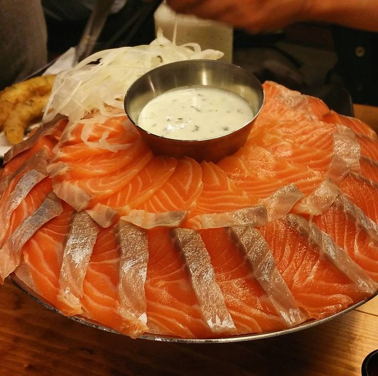 남자들이 좋아하는 연어 무한 리필 #무한연어 #먹어도내다크써클은턱밑까지 #무한오징어튀김 #홍대맛집 #먹스타그램 #먹방 #맞팔 #인친 #연어 #꿀맛 #연어 #맛스타그램 #foodstagram #instafood #salmon #sashimi #salmonsashimi by ohheyyitsian