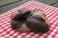 Havrekakor med choklad Småkakornas återkomst! Ingredienser 170 g smör 2 dl socker 3 dl havregryn 2 dl vetemjöl 2 tsk bakpulver 125 g choklad ca 100 g choklad (gärna av två olika sorter) till garner…