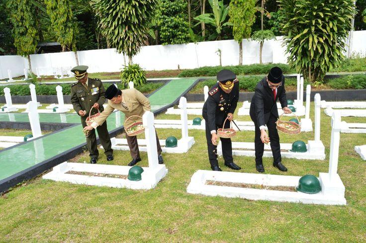 Kasdim 0601/Pandeglang Mayor Inf Surasa Melaksanakan Tabur Bunga di Taman Makam Pahlawan Cihaseum Pandeglang Banten