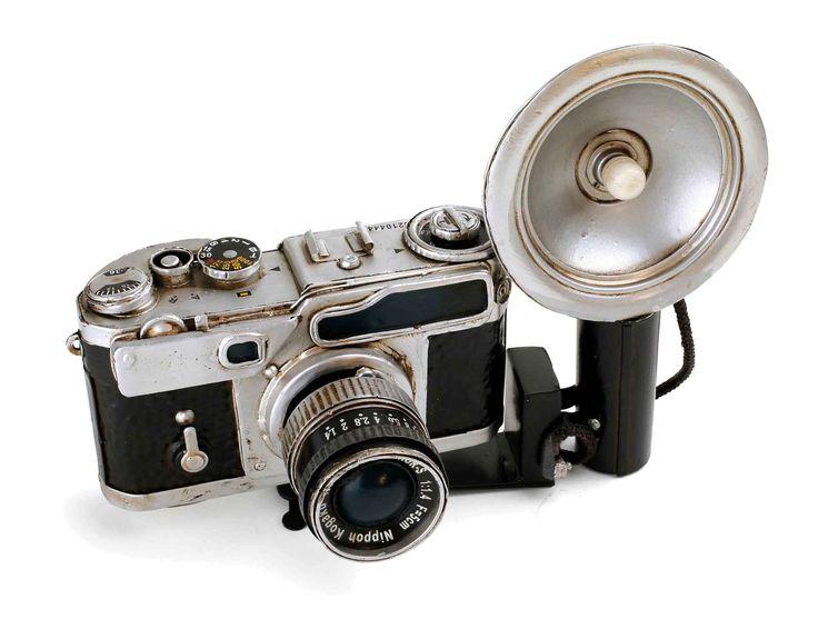 """""""Zeg eens cheese!"""" Het kom geen flash van deze detailgetrouwe camera in originele afmetingen, maar het flashlight is beweegbaar en met een stof-""""kabel"""" met de camera verbonden. De ontspanner, belichtingsmeter en het objectief zorgen eveneens voor een natuurgetrouwe nabootsing."""