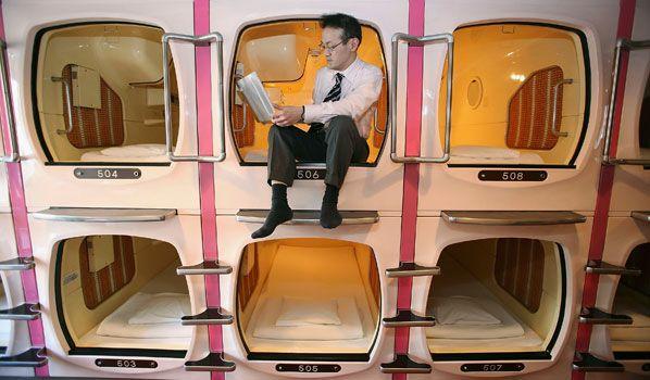 Ben je claustrofobisch aangelegd? Dan kun je een overnachting in dit hotel in Tokio maar beter overslaan. De Capsule Inn Akihabara heeft 's werelds kleinste hotelkamers. Toch heb je voor een prikkie alles wat je nodig hebt. Van een comfortabel bed tot een tv, radio en een alarmklok. Het hotel is vooral in trek bij zakenmensen en budgetreizigers.
