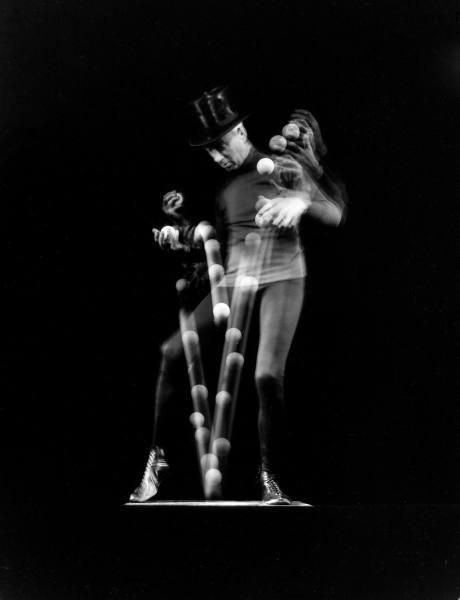 Stroboscopic image of juggler Stan Cavenaugh juggling balls. Photographed by Gjon Mili, NY, 1941.