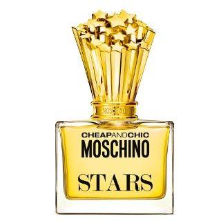 O perfume feminino Cheap and Chic Star de Moschino é uma fragrância brilhante, muito elegante, criada para a mulher que se vê como uma estrela em tudo aquilo que a rodeia. Assemelha-se a um aglomerado de estrelas cadentes.  Reluz com um buquê de rosas e peônias, cobertas com cidra. Sua aura floral, revela à presença de lírio do vale, as flores de laranjeira e de jasmins. Como notas de fundo, uma base de madeira à deriva, vetiver, ambroxan e âmbar.  O Frasco: A fragrância de Moschino,  esta…