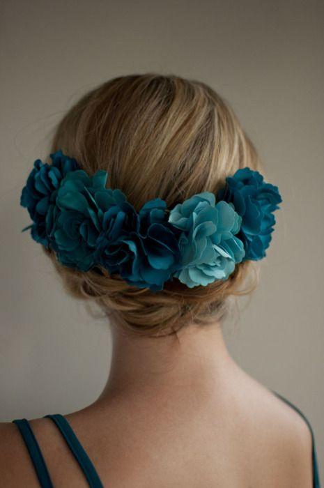 Tocado con flores artificiales en color azul, interesante propuesta de color.