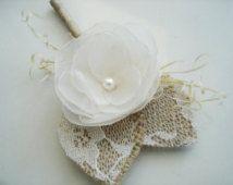 Ivoire fleur à la boutonnière - rustique fleur à la boutonnière - Groom-broche de Corsage - toile de jute, garçons d'honneur Boutineers pour mariage - bouton boutonnières - perle fleur