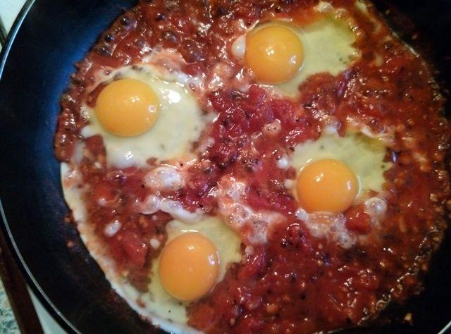 Śniadanie daje moc! Ale nie byle jakie. Najlepiej zawierające sporą ilość białka i przeciwutleniaczy, więc może jajka po węgiersku?