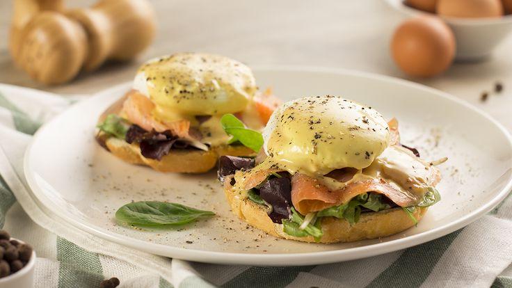Si buscas recetas de bocadillos originales, nutritivas y rápidas de preparar, no puedes perderte estos exquisitos huevos benedictinos con salmón.
