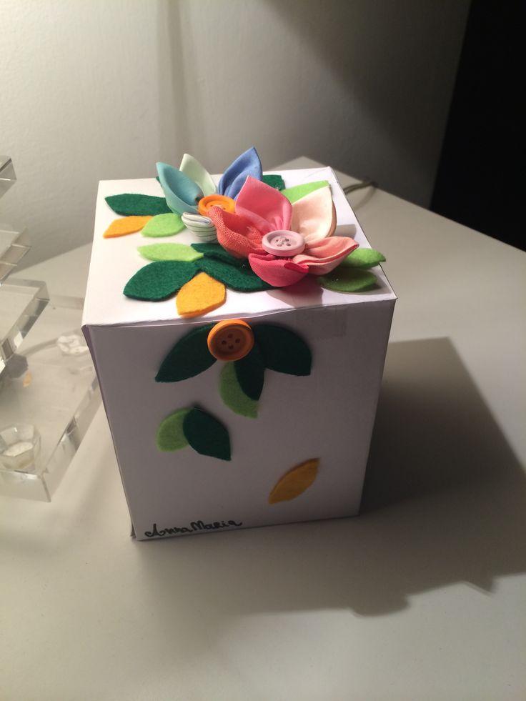 Confezione regalo handmade Bristol, pannolenci, fiori stoffa, bottoni. Gift box homemade diy