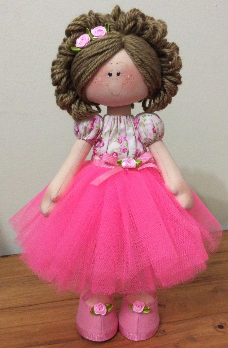 A boneca Bailarina é confeccionada no estilo russo, em que fica em pé sem apoio, ideal para decoração de quartos de meninas, mesas de festa e ateliês. Pode ser feita nas cores de sua preferência!    Medida aproximada: 35cm