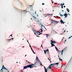 Gillar du hallon-och lakritsdödskallar? Då kommer du älska de här Smält marshmallows och häll över gelehallon och turkisk peppar - julgodis på nolltid! http://www.ica.se/recept/hallon-och-saltlakritsmarshmallows-719358/