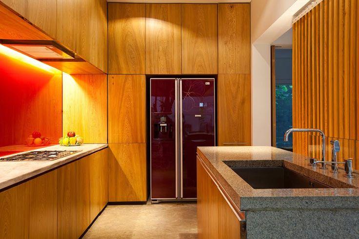 Casa M11 por a21 studio incorpora un árbol en el interior 3 años de trabajo y discuciones entre arquitecto y cliente dan como resultado un interior que incorpora la naturaleza y disuelve los prejuicios del mandante